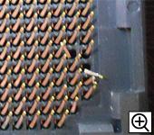 CPUソケットに触れるとソケットピンが曲がってしまいます。
