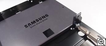 ケース付属のネジでSSDを3.5インチベイに取り付けます